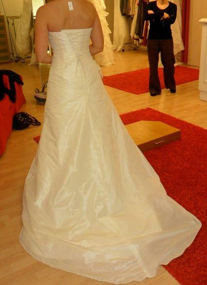 Magnifique robe de grande qualité (nom = COSTA, taille 38). Sobre et élégante, elle met en valeur la taille et les formes. Elle est ajustable grâce aux crochets et lacets dans le dos.  Matière = Taffetas double. Jupe trapèze lisse, bustier  travaillé de p