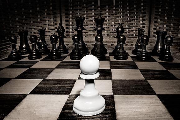«È troppo triste rendersi conto che la vita assomiglia al gioco degli scacchi, in cui basta una mossa falsa a farci perdere la partita, con l'aggravante che, nella vita, non possiamo nemmeno contare su di una possibilità di rivincita». Sigmund Freud  Immagine reperita nel web