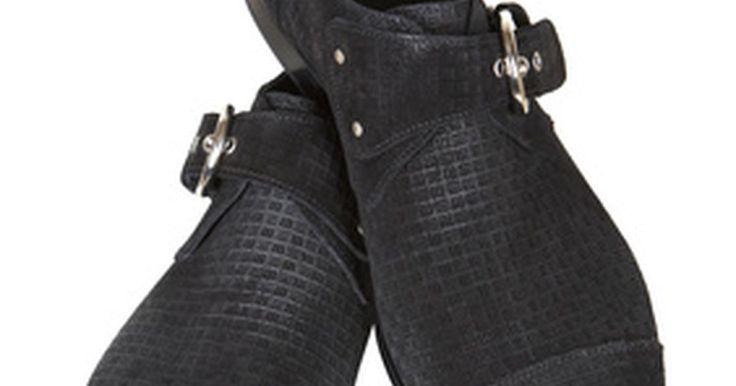 Como restaurar camurça preta. A camurça é um couro que é feito a partir da porção inferior da pele do animal. Ela é popular em jaquetas e casacos, assim como também em luvas e botas. Apesar de não ser tão durável quanto um couro regular, esse material é muito mais macio. Ele também envelhece de forma diferente do couro comum. Por exemplo, a camurça tende a desbotar mais ...