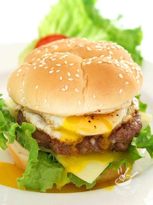 L'Hamburger uovo e formaggio soddisfa a pieno la voglia irrefrenabile di golosità. Saporito e ricco, è adatto ai meeting fra amici davanti alla Tv.