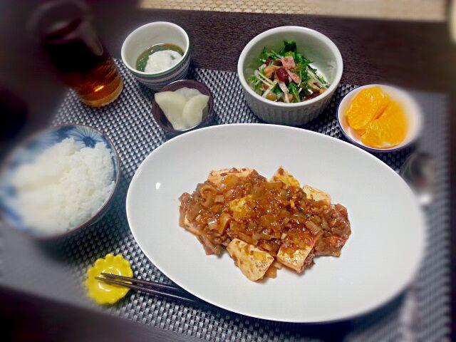 4月21日の夕飯。 オット分、煮詰まって少なくなってた。笑 お好みでご飯を入れて麻婆丼に♪ - 10件のもぐもぐ - 麻婆豆腐 水菜と大根の豆サラダ とろろめかぶ 大根のべったら漬け はっさく by rinkojooj0214
