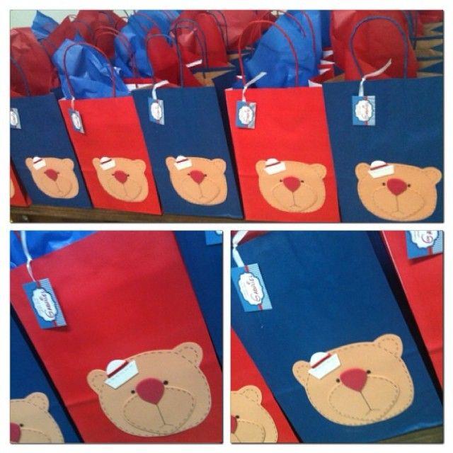 Ainda na semana dos ursinhos, também fizemos as sacolinhas lindas para a festa de 1 aninho do Gabriel. Tudo em vermelho e azul, bem navy! #sacolinhasurpresa #ursinhosmarinheiros #navy #loja #ratchimbum #novaodessa