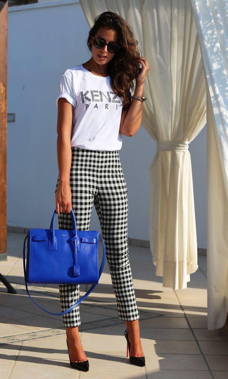 Blusa blanca, pantalón a cuadros, bolsa azul