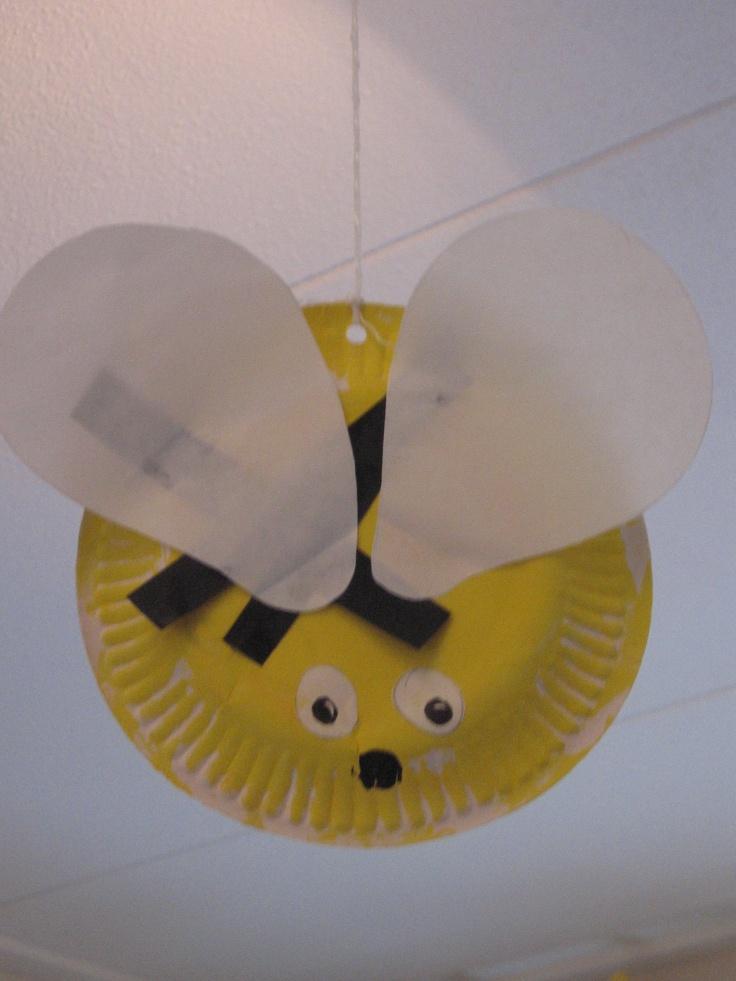 Bijtje: Het lijfje is een kartonnen bordje. De vleugels zijn getekend en uitgeknipt uit dun papier. strookjes zwart papier zijn de steepjes van de bij. Rondjes papier voor de oogjes en de neus.