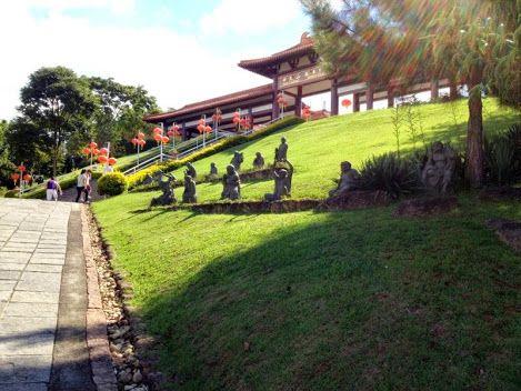 Templo budista Zu Lai em Cotia, São Paulo.  Zu Lai (em chinês, 如来) é o maior templo budista da América Latina. Ligado ao Monastério Fo Guang Shan, está localizado no km 28 da Rodovia Raposo Tavares, em Cotia, próximo à divisa com a Zona Oeste do município de São Paulo.  http://sergiozeiger.tumblr.com/post/85947191133/templo-budista-zu-lai-em-cotia-sao-paulo-zu