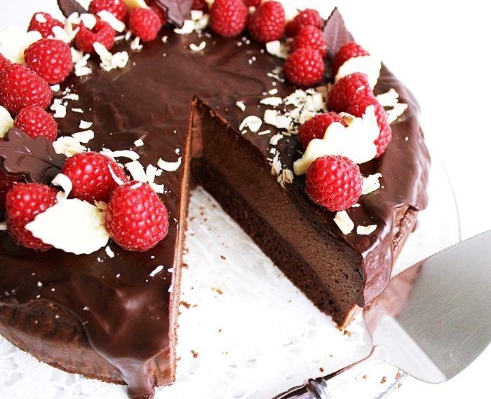 Suklaakakkupohja, paistettu juustokakkutäyte, suklaaganache ja tuoreet vadelmat... mun makuun ihan täydellinen synttärikak...
