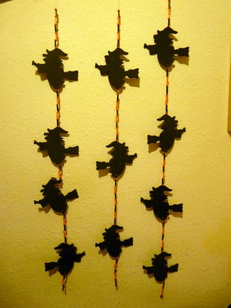 Kreatív ötletek Halloweenra: HALLOWEEN BOSZIS FÜGGÖNY  http://www.hobbycenter.hu/Unnepek/boszis-fuggony.html