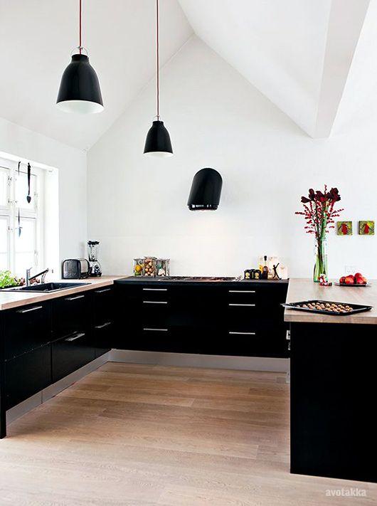 kök i svart med ek bänk - effektfullt mot vitt oc mycket rymd