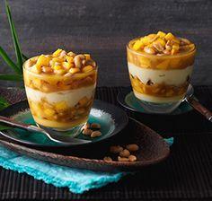 Mango-Kokos-Dessert mit Erdnuss-Karamell Wenn Sie Schichtdesserts mögen, wird Ihnen dieses SweetFamily Rezept mit Vanillepudding, Mango und Erdnüssen bestimmt gefallen.