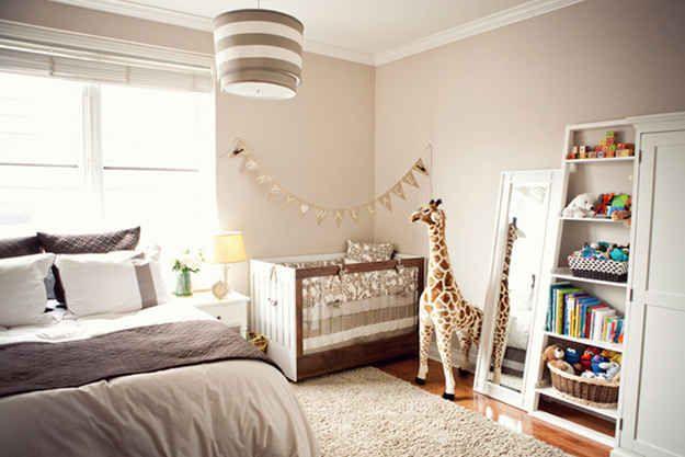 Crea un rincón para el bebé en tu dormitorio.