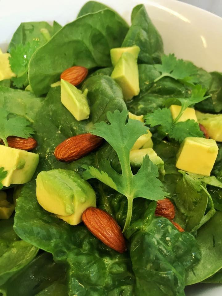 Avokadosalat med spinat, mandler og koriander