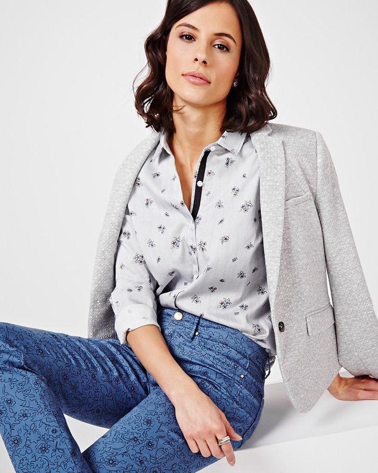 Cette blouse imprimée est conçue pour votre garde-robe. Agencez-la avec un jean pour un look stylé sans effort.<br /><br />- Légèrement ajustée<br />- Manches longues <br />- Patte à boutonnage<br />- Ourlet de chemise