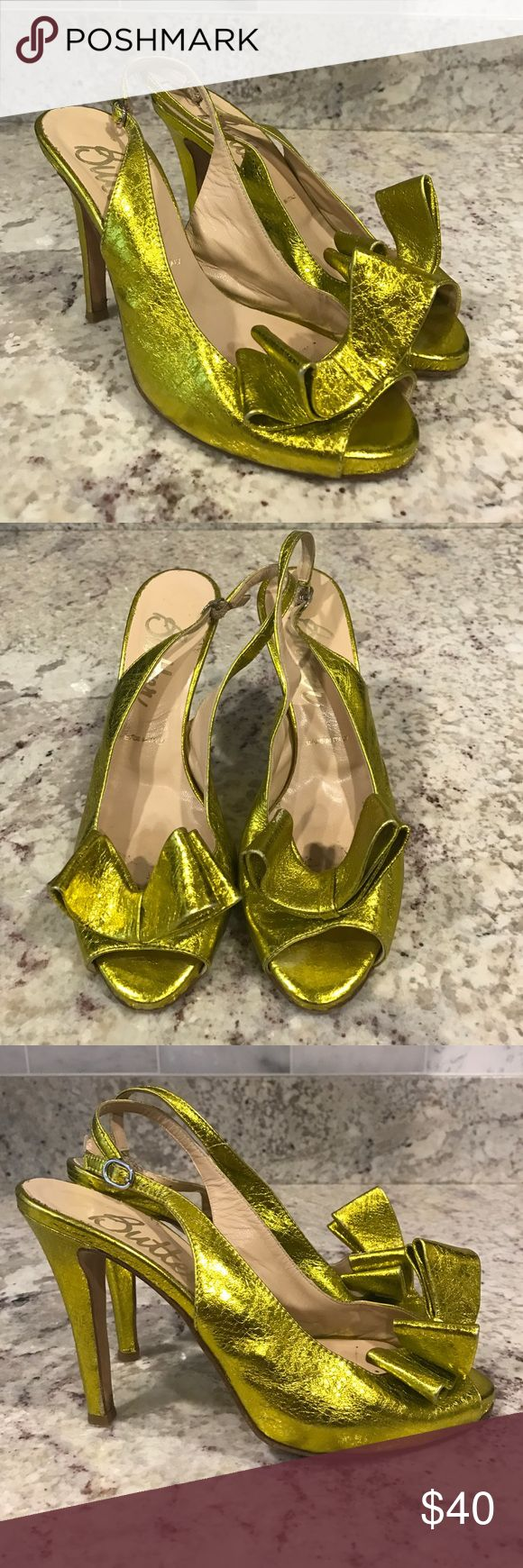 """Butter Shoes Yellow Gold Peep Toe Bow Heels Stunning metallic foil yellow / gold peep toe bow heels. Made in Italy. Ideal to wear to a festive event. Women's size 7. Heel is approx 3.5"""" Butter Shoes Shoes Heels"""