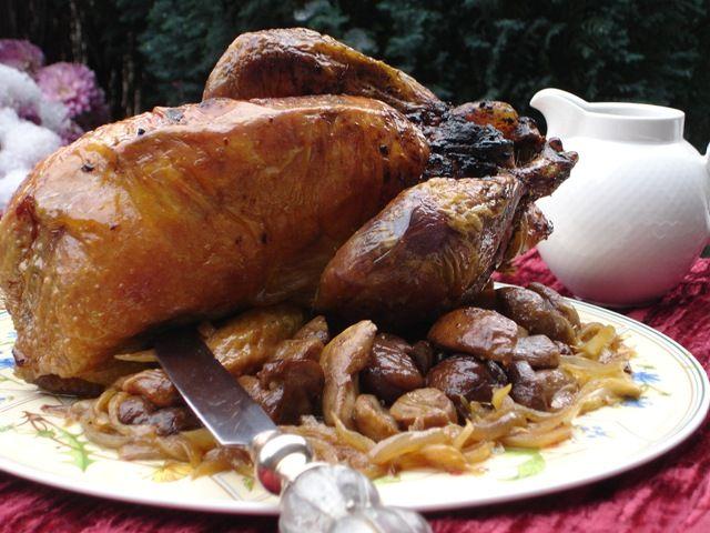 Pintade farcie avec une farce au foie gras, foie de volaille, boeuf hâché, miel et pain d'épices accompagnée de cèpes et châtaignes pôelés