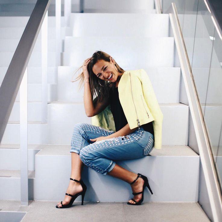 Un ejemplo de un estilo casual y chic por: Valentina Urzúa, quien usa jeans de moda con la imprescindible chaqueta de cuero y las sandalias de tacón✨ #modachile #fashionblog #difundimosmoda