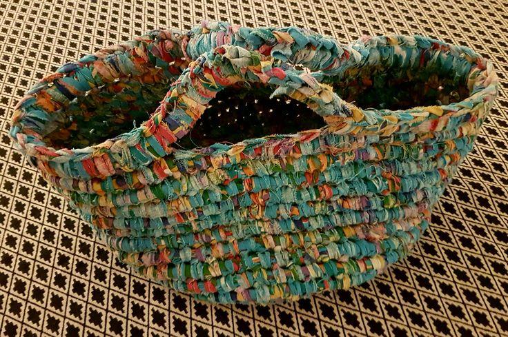 Skål/taske, hæklet af strimlet bomuldsstof