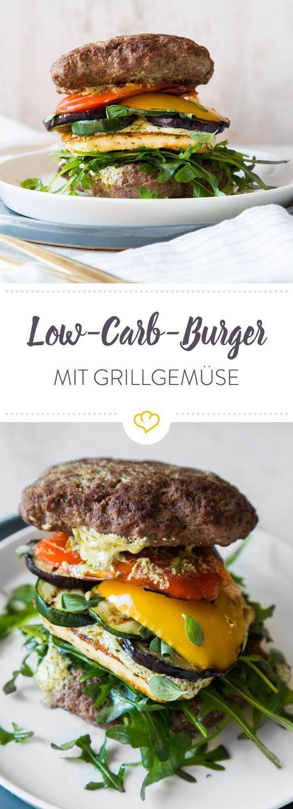 Dein Burger braucht keine Buns. Dein Low-Carb-Burger braucht Halloumi, Grillgemüse, Rucola, Pesto-Sauce und zwei extra große Beef-Patties.