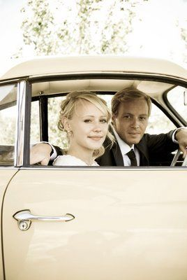 Hire an old car for a vintage wedding