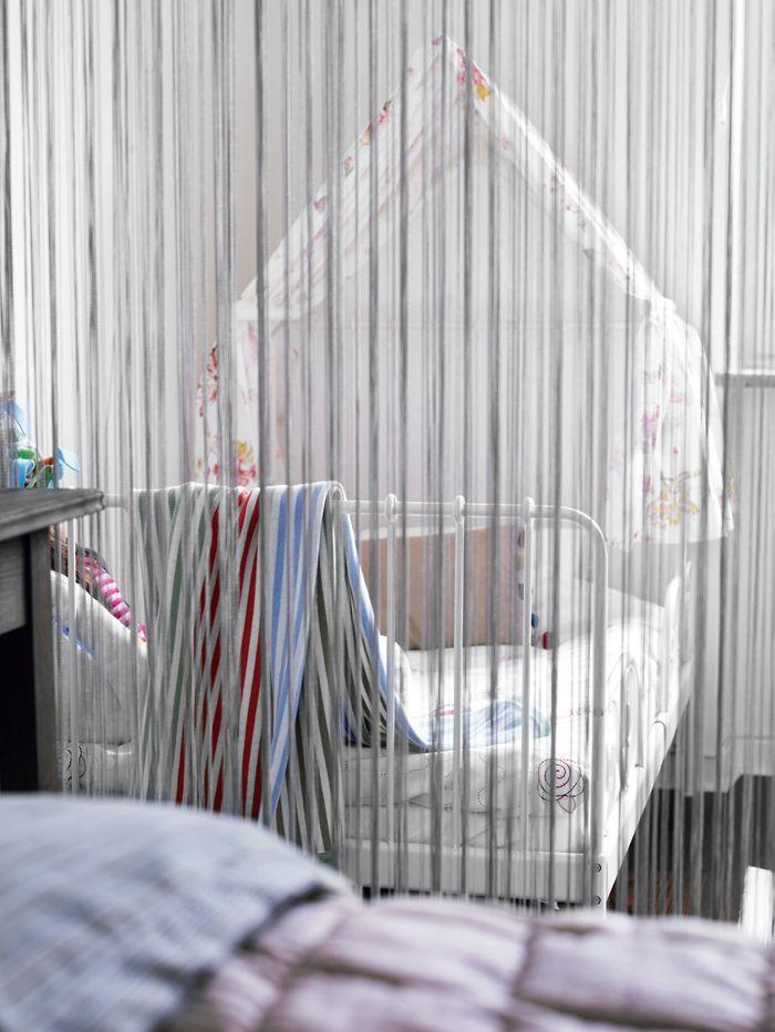 Dela av rummet med ett draperi Järnsäng (växasäng) och sänghimmel, Ikea Barnrum Pinterest