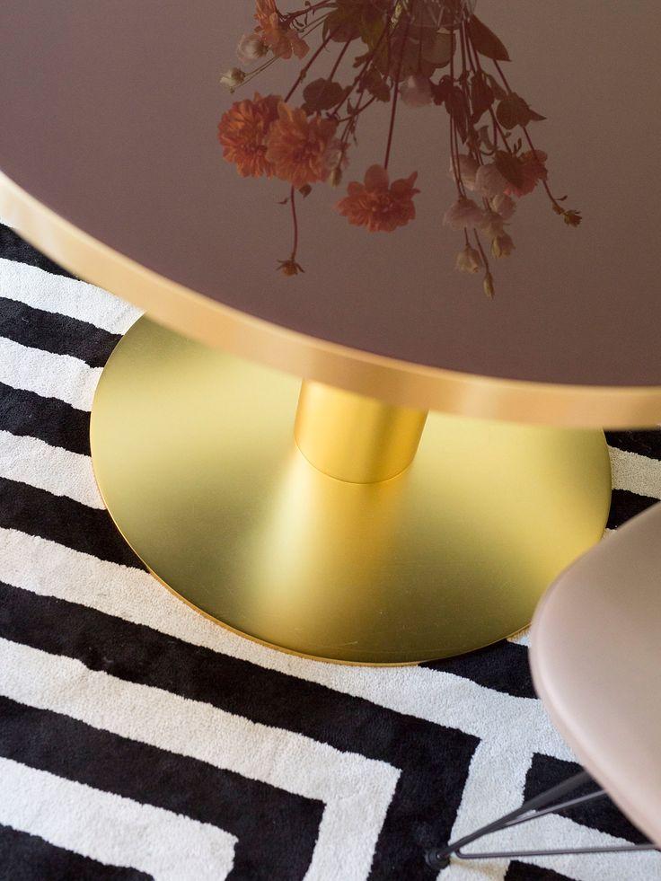 Spisebordfra Gubi med vinrød glassplate og massingbase (ta kontakt for bestilling).SpisestolerEames Wire Chairmed sandfarget skinn, fra Vitra, kr 5.830.Teppe,Letters, fra Layered, fra kr 6.900.