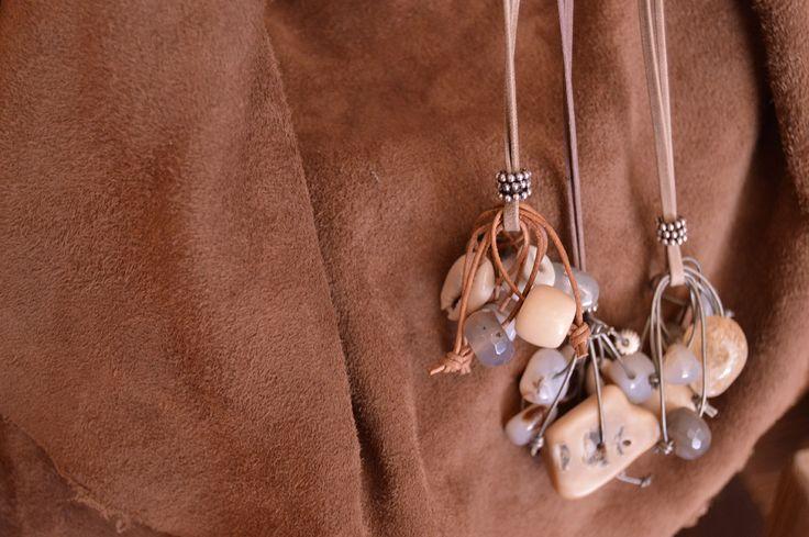 Colgantes de charms, piedras naturales y cuero
