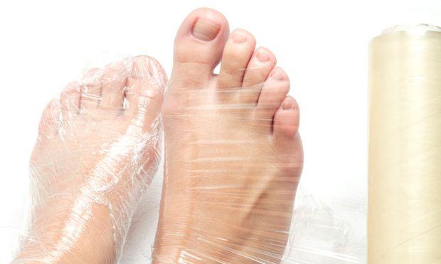 Passo a passo: aprenda a fazer as unhas do pé em casa - http://mdemulher.abril.com.br/beleza/fotos/maos-e-pes/passo-passo-aprenda-fazer-unhas-pe-casa-776439.shtml#10