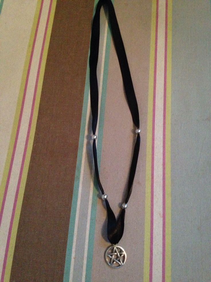 Ett pentagramhalsband med satinband o pärlor