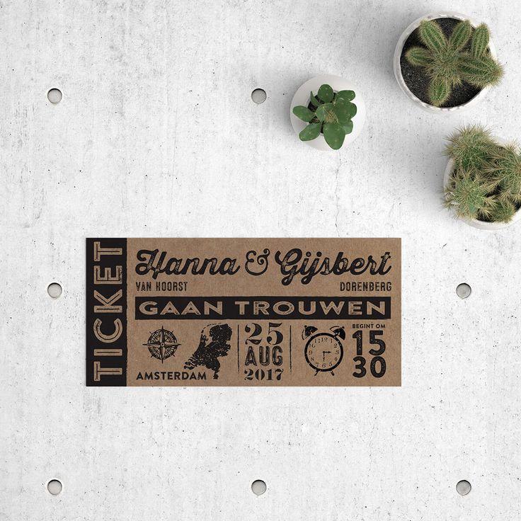 Trouwkaart ticket op kraftpapier is een typografisch ontwerp in vintage style, gedrukt op kraftpapier. Op achterkant: trendy tijdlijn met retro icoontjes.