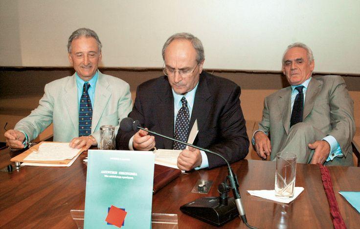 «Η οικονομία της άμυνας» προέκυψε με την εμπειρία, την ωριμότητα και τα αποτελέσματα, είχε πει για το βιβλίο του Α. Κάντα ο Ακης Τσοχατζόπουλος, στην παρουσίαση του οποίου είχε βρεθεί και ο τότε πρόεδρος του Συνασπισμού Νίκος Κωνσταντόπουλος και είχε μιλήσει με κολακευτικά λόγια για τον συγγραφέα.  http://www.ethnos.gr/article.asp?catid=22768&subid=2&pubid=63937693