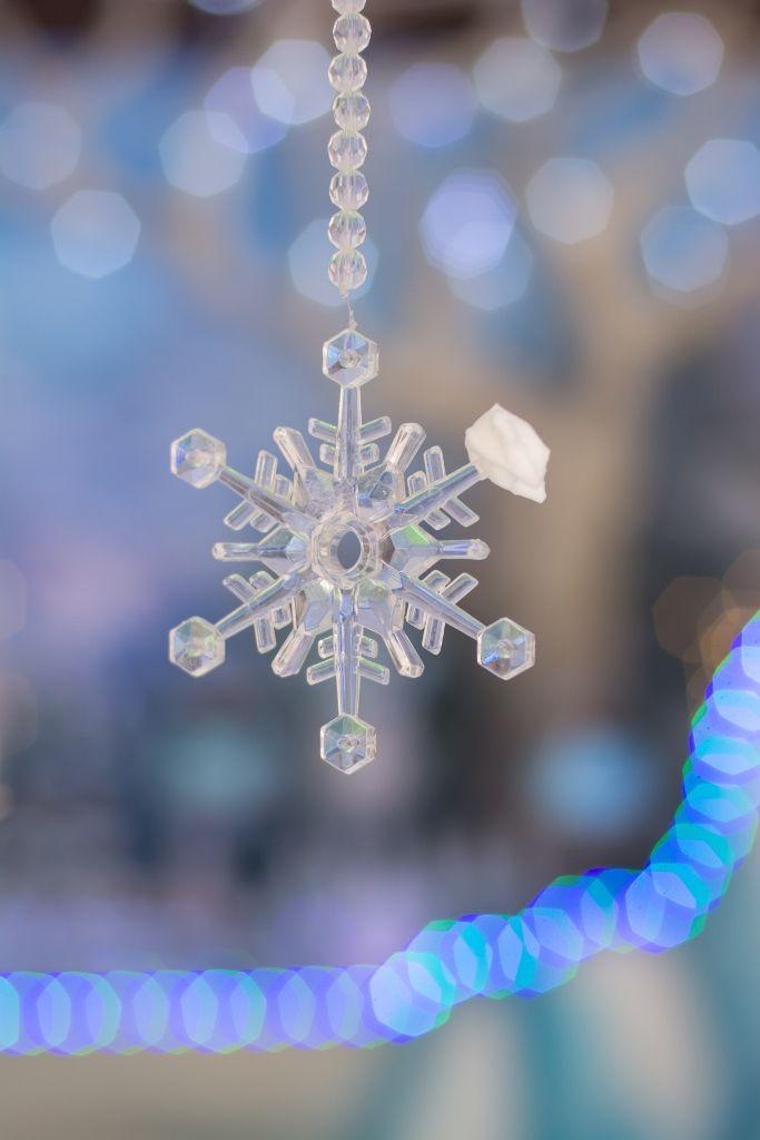 Confira essa festa Frozen eletrizante, com uma decoração impecável: Bonequinhos de neve, mini castelos e os divertidos personagens do reino mágico.