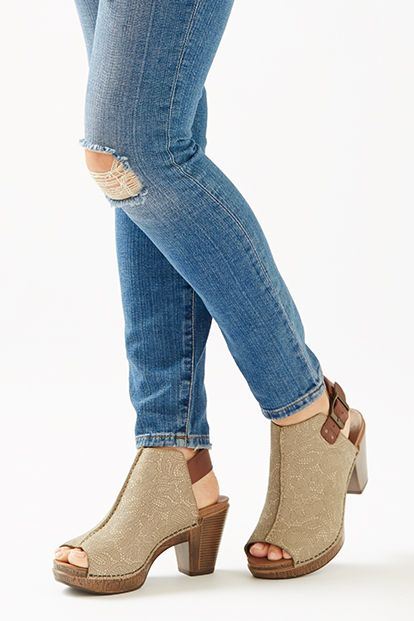 Let your chic side shine with Reggie - a comfortable peep toe bootie with an on-trend high front. The upper is richly complemented by a contrast-colored strap.