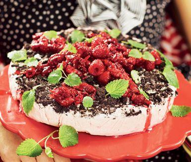 En mästerlig cheesecake med kexkross och ingefärshallon. Låt din cheesecakesmet täckt med chokladkaksmulor stå minst 6 timmar i frysen innan den serveras. Toppa med ingefärshallon och citronmeliss.