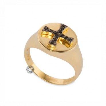 Ένα μοντέρνο δαχτυλίδι τύπου σεβαλιέ (chevalier) σε χρυσό Κ14 με σταυρό της μάλτας από μαύρα ζιργκόν. Διατίθεται σε ό,τι χρώμα μετάλλου & πετρών επιθυμείτε #σεβαλιε #ζιργκον #χρυσο #δαχτυλίδι