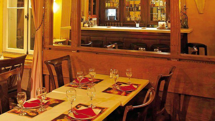 Εξωτικά πιάτα από την ινδική, τη μεξικάνικη, την αραβική και την ασιατική κουζίνα στα δημοφιλή multi culti εστιατόρια Αltamira, στο πανέμορφο νεοκλασικό αρχοντικό στο Κολωνάκι και στην παλιά μονοκατοικία με τον «τροπικό» κήπο στο Μαρούσι.