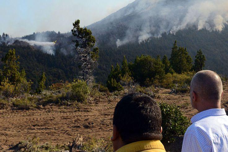 """Leve avance en el control del fuegoe en Cholila http://www.ambitosur.com.ar/leve-avance-en-el-control-del-fuegoe-en-cholila/ """"El comportamiento del viento permitió que los brigadistas y los aviones hidrantes pudieran operar hoy""""     Lo indicó el gobernador Martín Buzzi quien realizó hoy una intensa recorrida por los lugares donde se combate contra el fuego que consumió unas 15.000 hectáreas en la Cordillera.  El gobernador Martín Buzzi recorrió este miércoles la"""