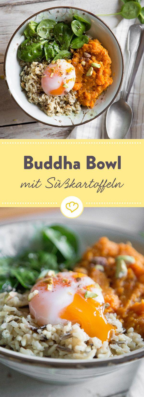 Kurkuma-Süßkartoffeln, eine Handvoll Spinat, aromatischer brauner Reis und ein perfekt pochiertes Ei - fertig ist deine bunte, herzhafte Buddha Bowl.
