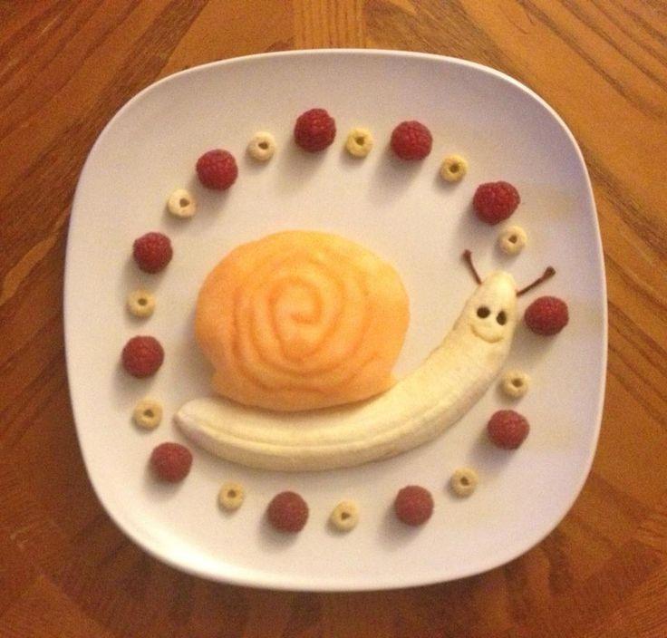 Разновидность рецепта банановой улитки только из фруктов и ягод без тарелочки каши. Отличный детский десерт.