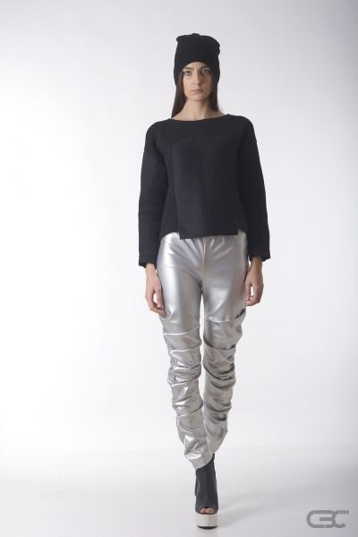 Crepe Black Collar silver leggings and fluffy cotton top with high-tech fabric insertions. Check out the online shop for details.