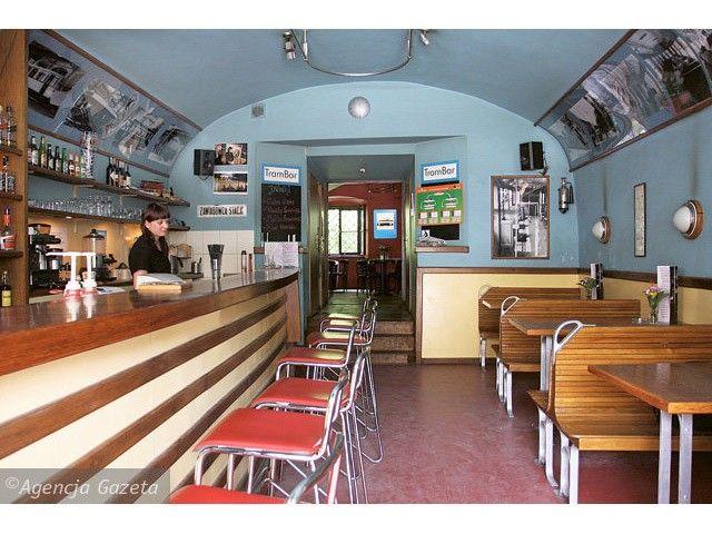 Trambar to lokal w pomysłem na tramwaj! Znajduje się w ścisłym centrum Krakowa. Wnętrze jest jasne i wystylizowane z dbałością o szczegóły.  http://krakowforfun.com/pl/10/puby/trambar