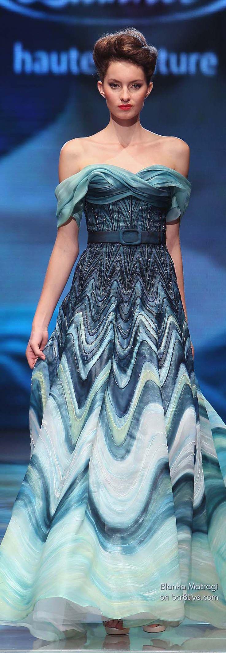 Blanka Matragi's 30th Anniversary Couture Runway Collection » het model van de jurk vind ik niets, maar die kleuren wel, het doet me denk aan 'de schreeuw' van Edward Munch, en het batikken van vroeger...
