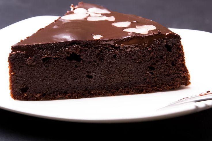 Chiar dacă ţineţi post, nu înseamnă că trebuie să vă abţineţi de la micile plăceri dulci. Iată cum puteţi prepara această prăjitură de post cu ciocolată, după reţeta trimisă de Claudia Bacara, din Mehedinti.