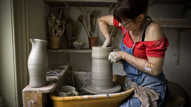 This film provides an insight in to the various stages that go into making Lisa Hammond's distinctive pieces. We see her at the wheel throwing teabowls and a large tsubo jar; firing and unpacking her kiln; and talking about her influences, in particular her love of the Japanese pot making tradition. Also captured on camera is her technique of spraying the soda solution direct into the firebox over a period of three hours, creating the characteristically rich and varied surfaces of her pots.