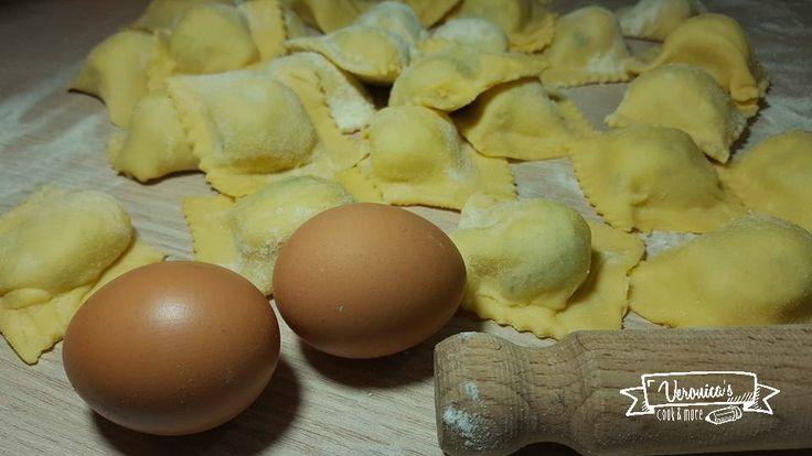 Con pochi ingredienti e una piccola spesa, potrete realizzare questi sfiziosi ravioli ripieni di patate. Ideali da servire o con burro e salvia o con ragù!