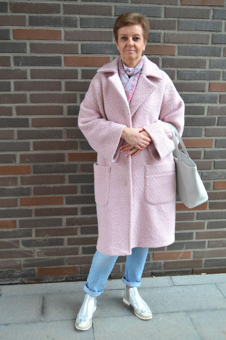 Хорошо быть девушкой в розовом пальто