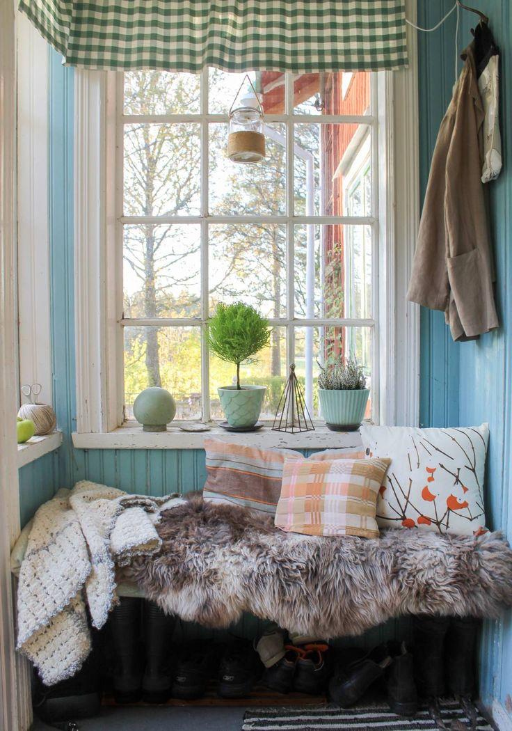 Höstkulörer på verandan. Foto: Erika Åberg. #byggnadsvård #gamla #hus #veranda #fönster #pärlspont #loppisfynd #återbruk