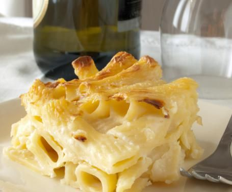 I maccheroni al forno ai 4 formaggi sono l'ideale per un pranzo della domenica in famiglia, perché è una ricetta che incontra il gusto di tutti!