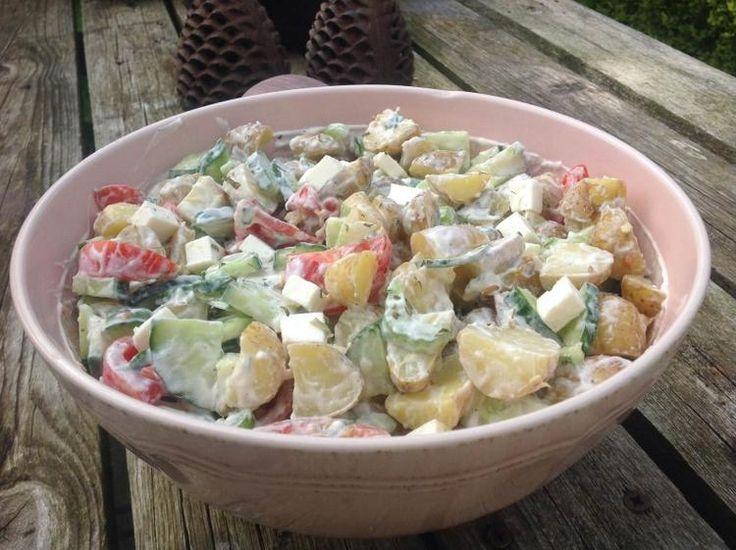 Bekijk de foto van vandaagwatanders met als titel Een heel smakelijke salade van nieuwe aardappeltjes met komkommer, tomaat en fetakaas.  De dressing van Griekse yoghurt, citroen en dragon maakt het helemaal af.  Een recept van vandaagwatanders, de website vol lekkere vegetarische recepten. en andere inspirerende plaatjes op Welke.nl.