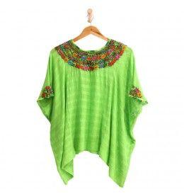 Blusa hecha a mano en Guatemala, perfecta para el verano.  Un look boho super fresco con un hermoso cuello  bordado de flores.
