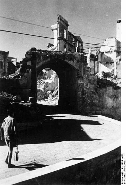 1946 Χανιά, μετά τους βομβαρδισμούς στην ανατολική Πύλη του βυζαντινού τείχους στο Καστέλλι . Υπερυψωμένος δρόμος(πάνω από την τάφρο) που καταλήγει αριστερά στο γεφυράκι της οδού Σήφακα.