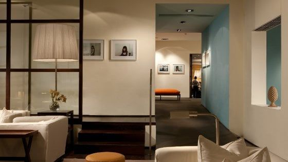 Da Gio' Pomodoro a Andy Warhol, hall e camere d'albergo si trasformano in piccoli musei con i grandi della pittura e della scultura contemporanea